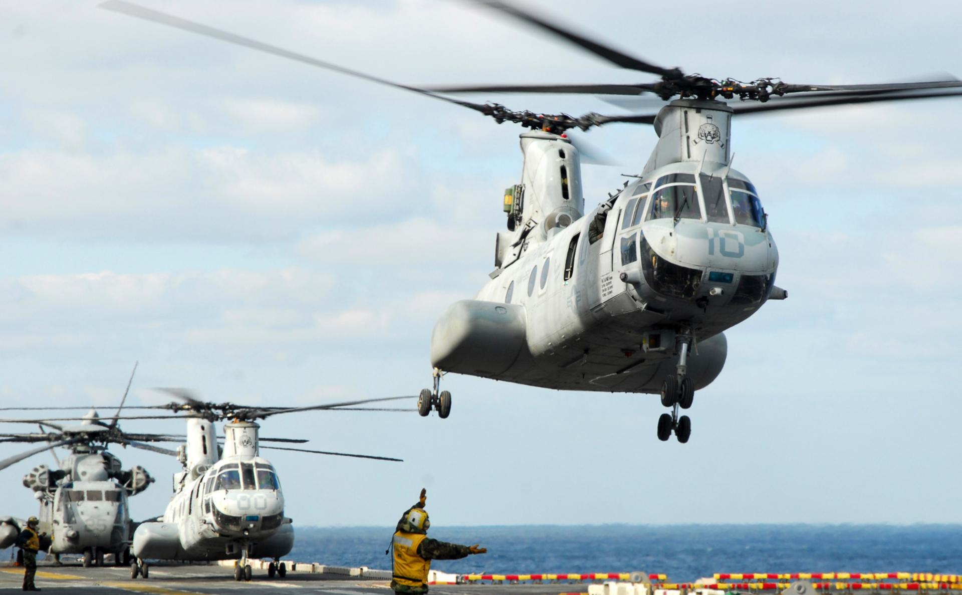 Вертолеты CH-46E Sea Knight взлетают с палубы десантного корабля Essex