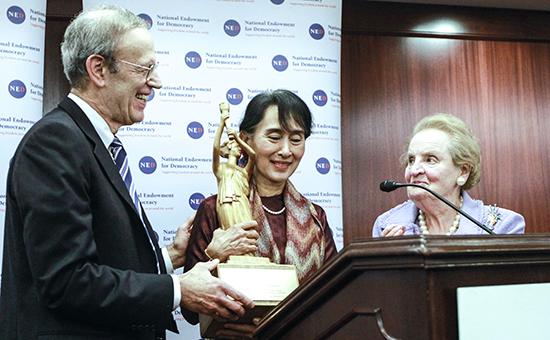 Президент НФД Карл Гершман (слева) вручает награду за защиту прав человека и демократии лидеру оппозиции МьянмыАун Сан Су Чжи. Архивное фото