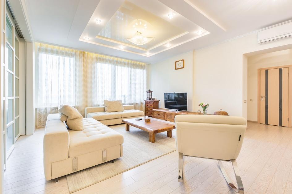 Квартира находится в Москве на 22-м этаже нового высотного дома. Помещение попало к дизайнеру в виде бетонной коробки с одной несущей стеной. Все дальнейшие решения по планировке и возведению перегородок принимались с учетом пожеланий хозяев