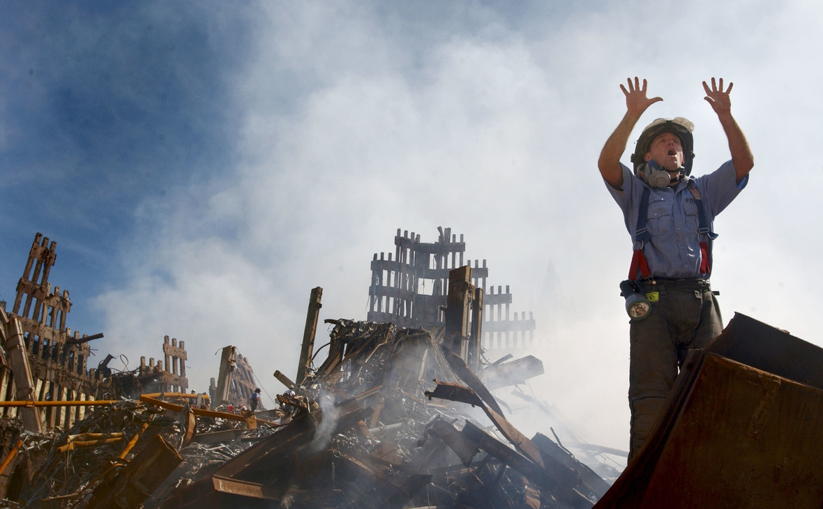 Американский пожарный у рухнувших башен Всемирного торгового центра