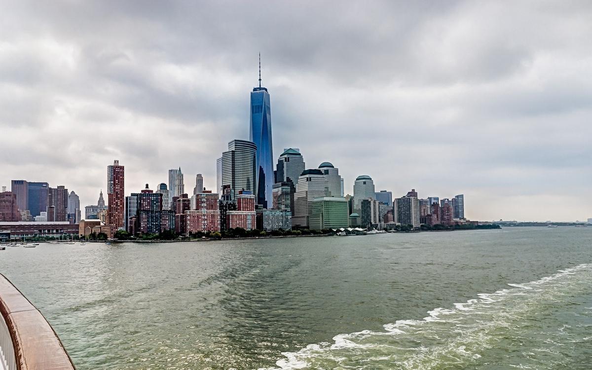 6. Башня Свободы   Нью-Йорк, США Стоимость строительства: $3,8 млрд     Прямо сейчас в Нью-Йорке активно застраивают район Всемирного торгового центра (ВТЦ), разрушенного 11 сентября 2001 года. Главное здание в новом ансамбле небоскребов — башня Свободы, или One World Trade Center, самое дорогое офисное здание на данный момент. Восемь граней небоскреба символизируют восемь сторон башен-близнецов, исчезнувших после теракта, а символическая высота в 1776 футов (417 м) повторяет дату провозглашения независимости Соединенных Штатов — 1776 год. Здание-аллегория стало самым высоким небоскребом в Западном полушарии.