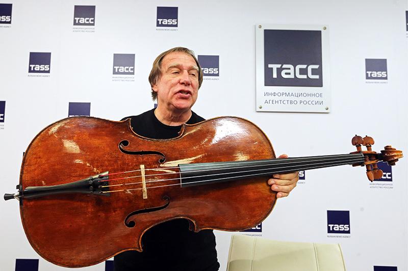Художественный руководитель Санкт-Петербургского Дома музыки Сергей Ролдугин вовремя пресс-конференции, накоторой он продемонстрировал виолончель «Стюарт»