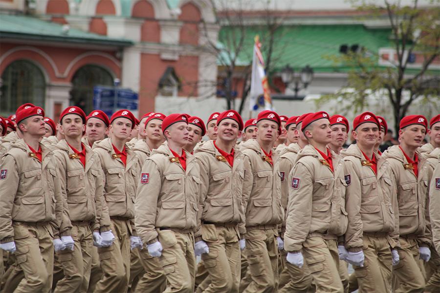 Юнармейцы вовремя парада, посвященного 72-й годовщине Победы вВеликой Отечественной войне, наКрасной площади вМоскве