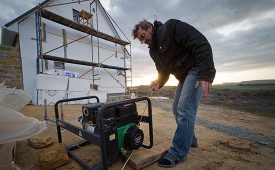 Житель села Клиновка Симферопольского района заводит генератор на строительстве своего дома