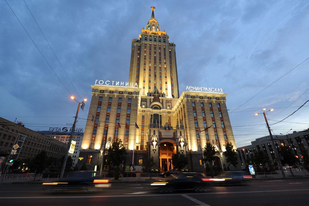 Здание гостиницы построено в 1954г. по проекту архитекторов Л. М. Полякова, А. Б. Борецкого и инженера Е. В. Мятлюка. Среди других высоток выделяется скромной высотой (всего 136 метров) и утонченностью отделки экстерьера и интерьера