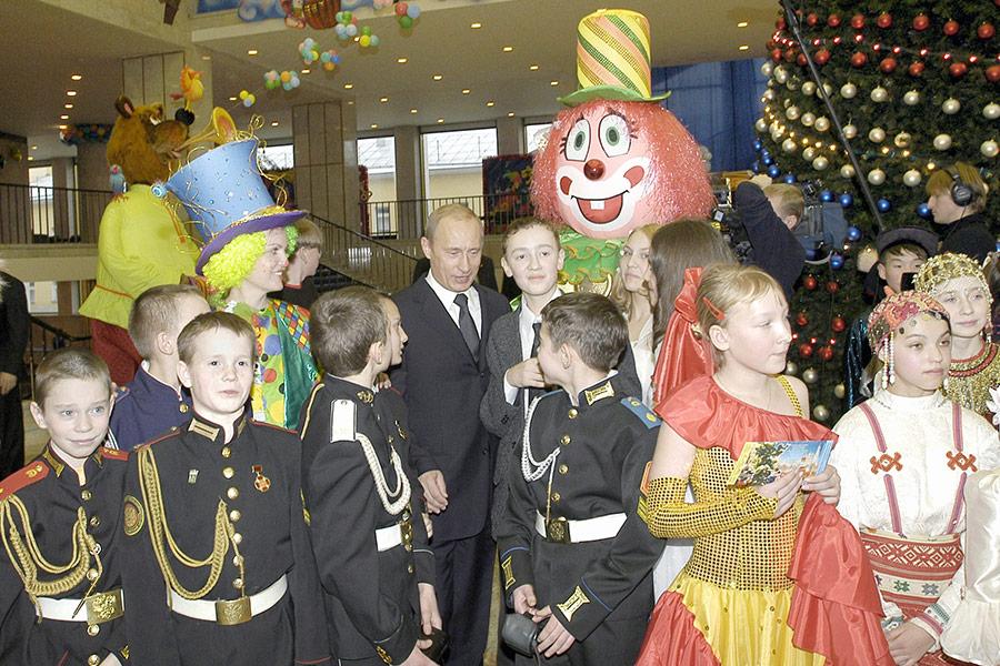 Президент России Владимир Путин на новогодней елке в Государственном Кремлевском дворце. Декабрь 2003 года