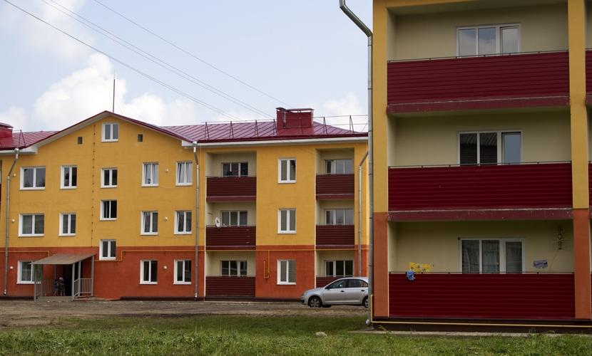 Большую часть квартир в новом здании получили жители ветхих деревянных домов. Прежнее жилье переселенцев должны снести в ближайшее время