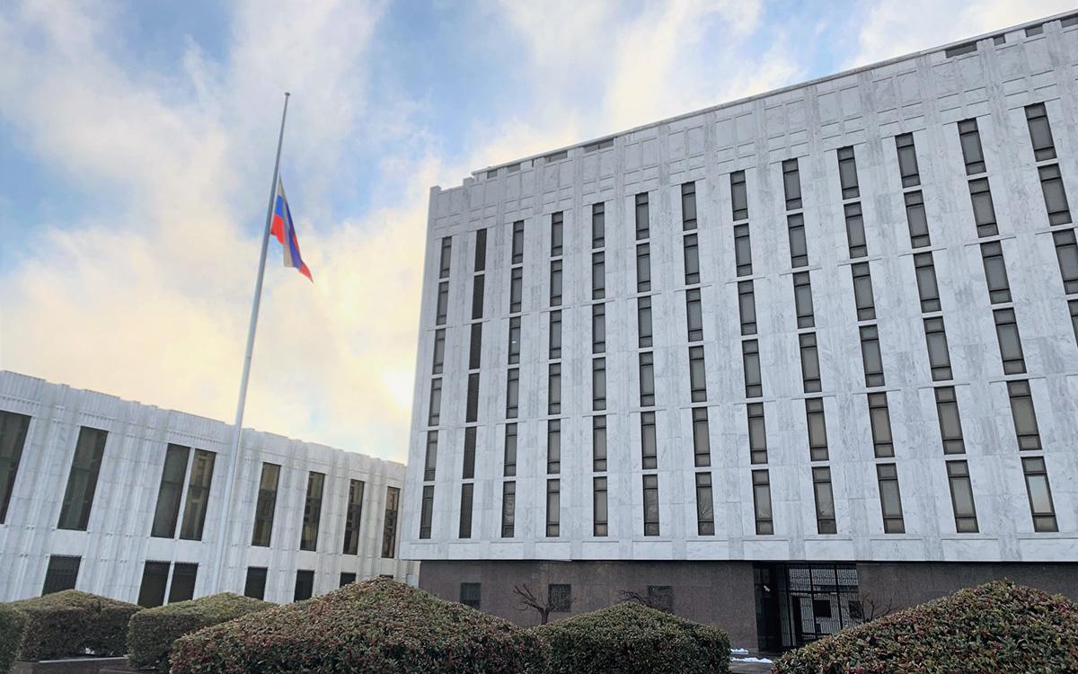В посольстве России приспустили флаг в знак скорби по жертвам COVID в США