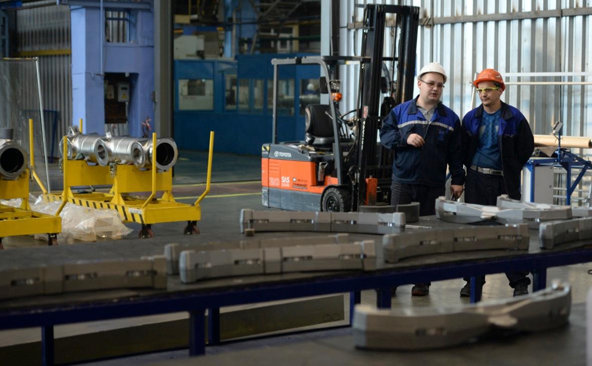 Сотрудники корпорации ВСМПО-АВИСМА в цехе механической обработки штамповок, производящем сложноконтурные шассийные и конструкционные детали авиационного назначения