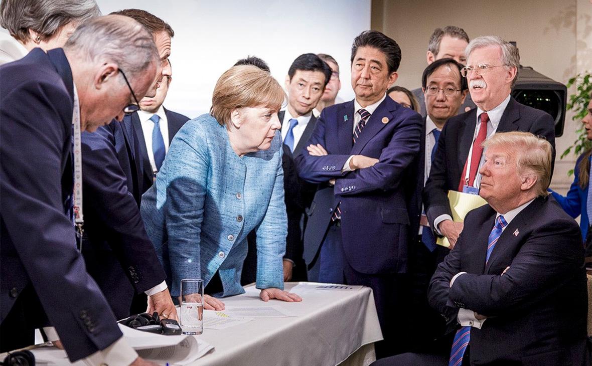 Ангела Меркель в центре беседует с Дональдом Трампом, сидящим справа, во время саммита лидеров стран «Большой семерки» в Ла-Мальби.