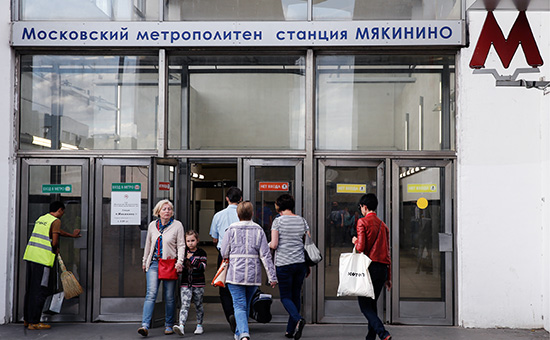 У входа настанцию «Мякинино» Арбатско-Покровской линии Московского метрополитена. 16 августа 2016 года