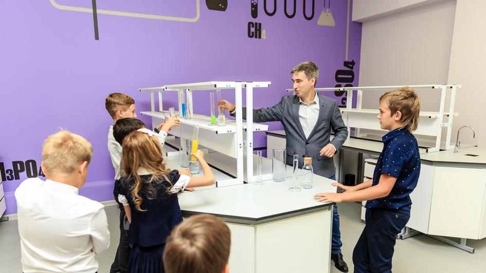 Классы физики, химии и биологии оснащены островными лабораторными модулями для проведения опытов и экспериментов. Для безопасности вся мебель сделана из химостойкого пластика высокого давления, который используется только в научно-исследовательских центрах. Отдельные классы оборудованы специальными трансформируемыми перегородками, которые позволяют разбить кабинет на два помещения
