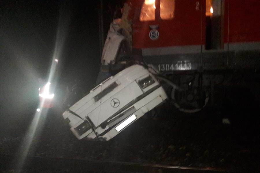 Не менее 16 человек погибли в ночь на 6 октября при столкновении пассажирского поезда с автобусом во Владимирской области в Покрове