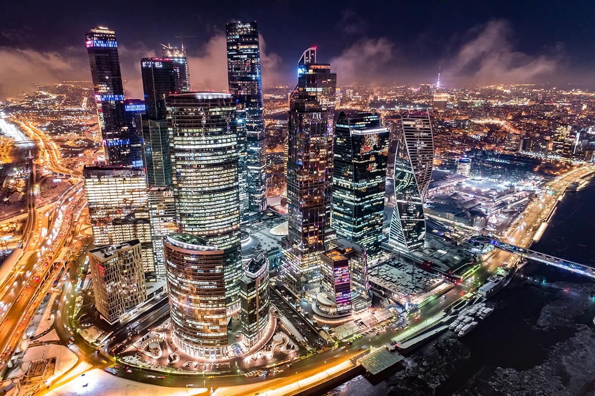 Вид на деловой центр «Москва-Сити» на Пресненской набережной.