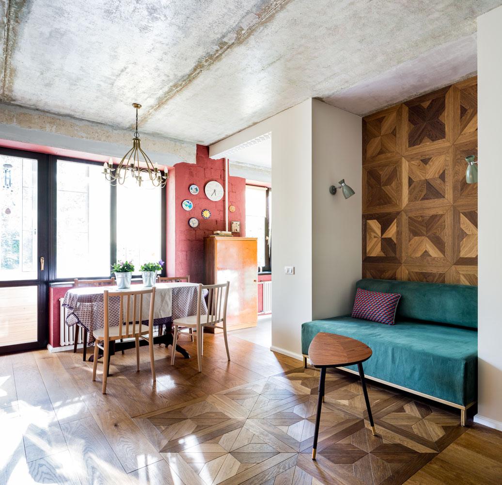 Одну из стен оформили деревянными модулями, повторяющими рисунок паркета