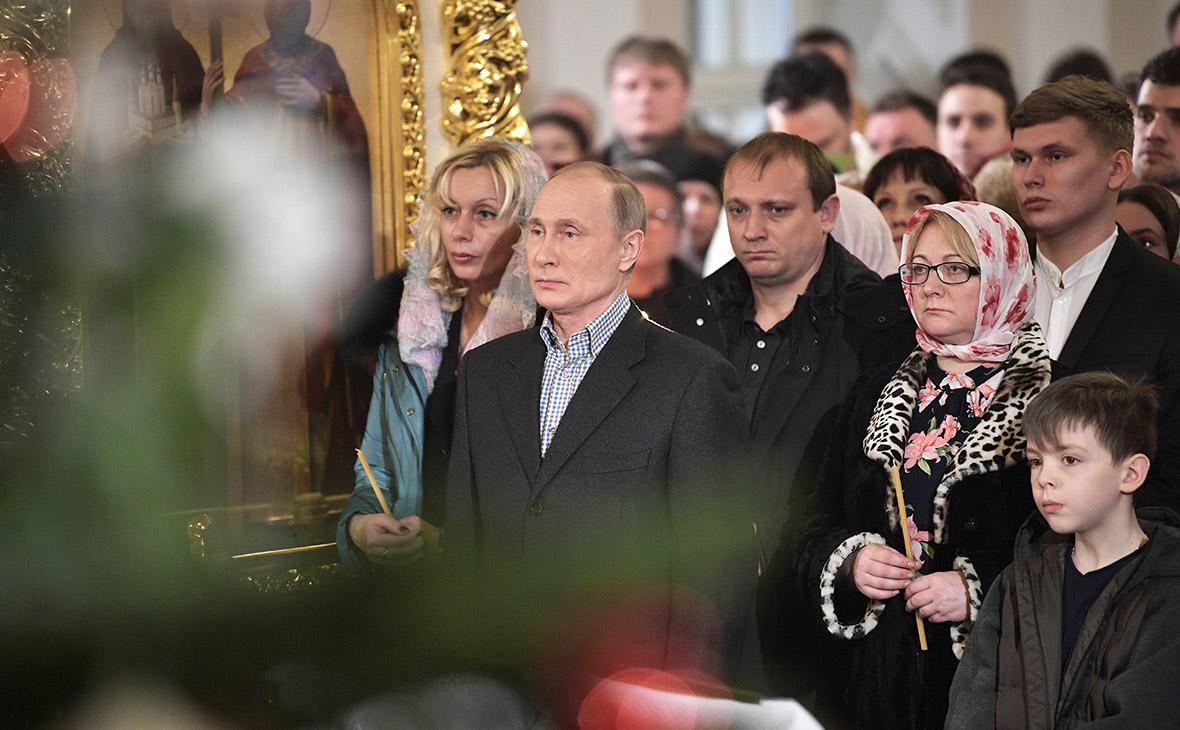 Владимир Путин во время праздничного богослужения по случаю Рождества Христова в церкви Симеона и Анны