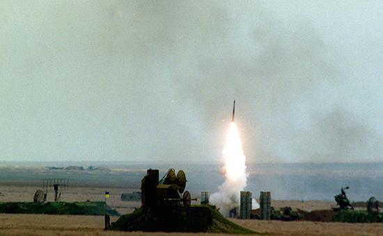 Пуск ракеты зенитно-ракетного комплекса С-300