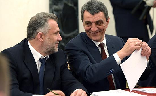 Председатель городского Законодательного собрания Севастополя Алексей Чалый (слева) и губернатор Севастополя Сергей Меняйло