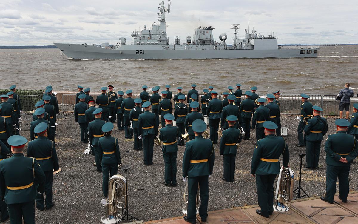 Фрегат ВМС Пакистана «Зульфикар» на репетиции Главного военно-морского парада в честь Дня Военно-морского флота России в акватории Финского залива