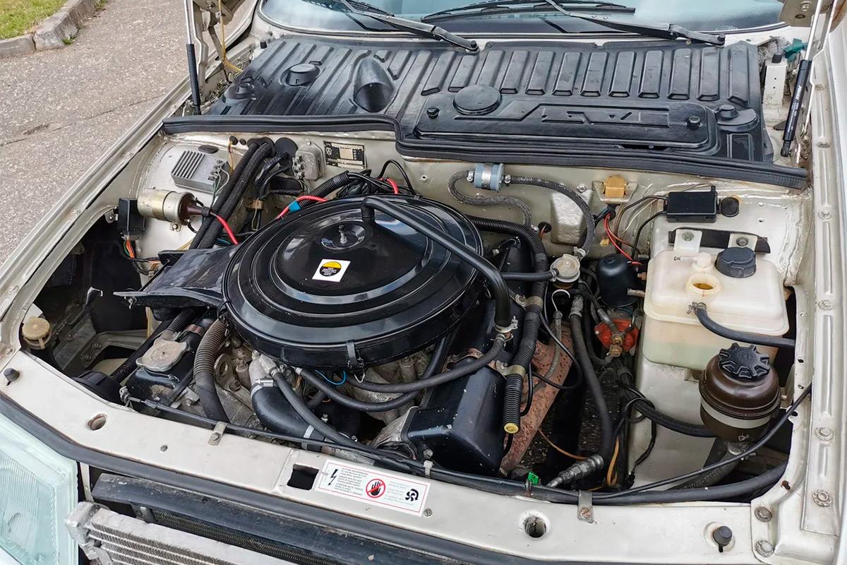 <p>Конструкторы не успели довести до ума инжекторную топливную систему с цифровым управлением&nbsp;&mdash; таких двигателей сделали всего ничего, а наш питается от четырехкамерного карбюратора Pierburg.</p>