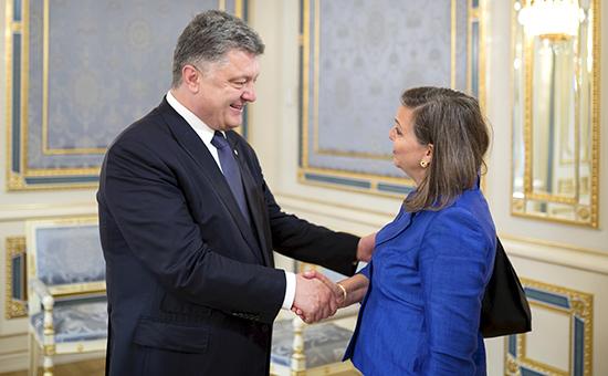 Президент Украины Петр Порошенко приветствует помощника госсекретаря США по делам Европы и Евразии Викторию Нуланд. Киев, май 2015 года