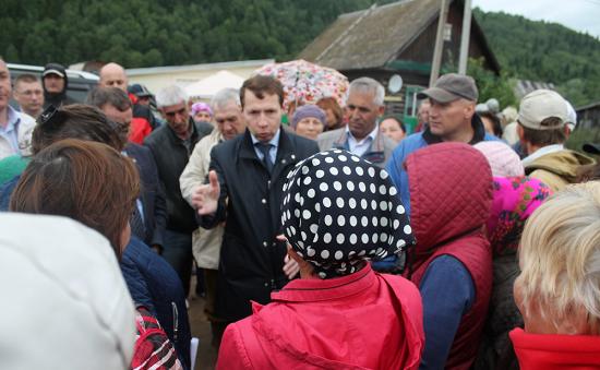 Вице-премьер Ильяс Муниров на сходе жителей деревни Сарва Нуримановского района Башкирии 6 июля 2017 года