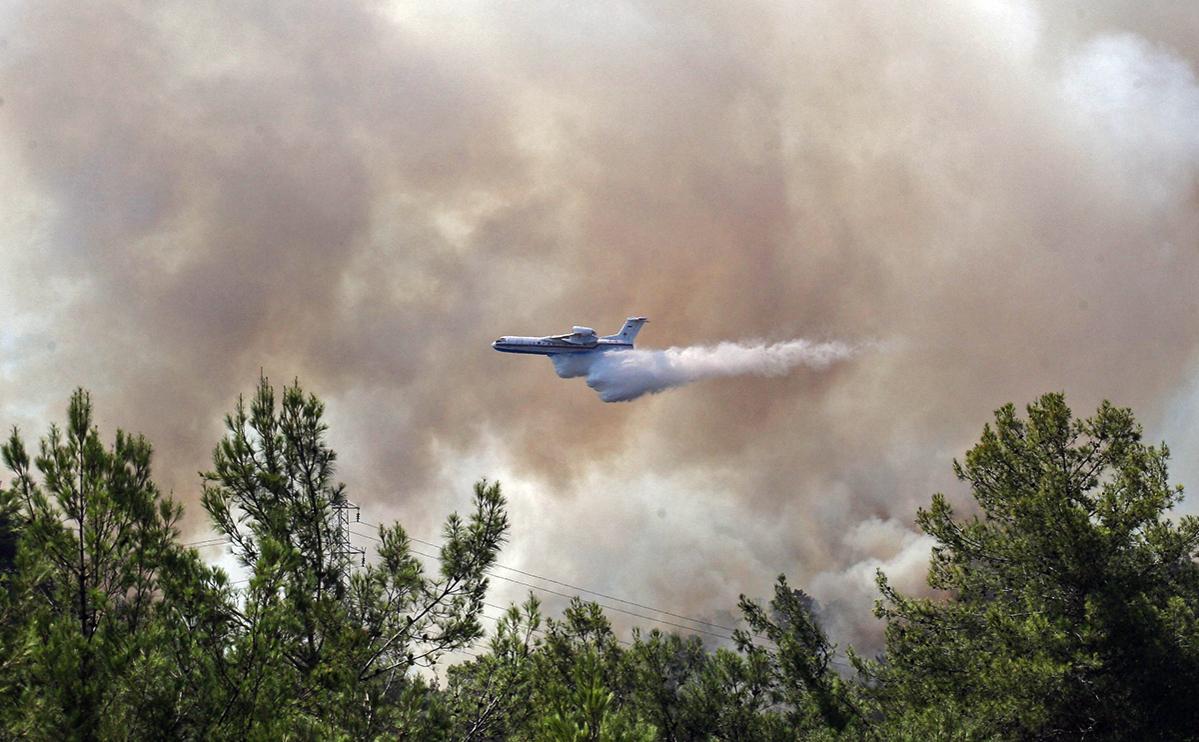 Российский самолет-амфибия Бе-200 участвует в тушении лесных пожаров на юге Турции