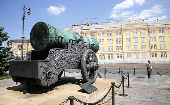 Царь-пушка и здание 14-го корпуса Кремля