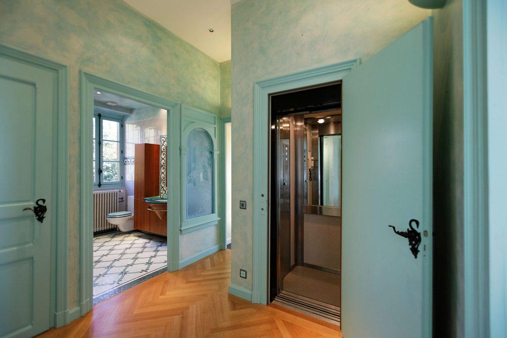 В особняке есть четыре бальных комнаты с десятиметровыми сводчатыми потолками, собственные сауна и спортзал