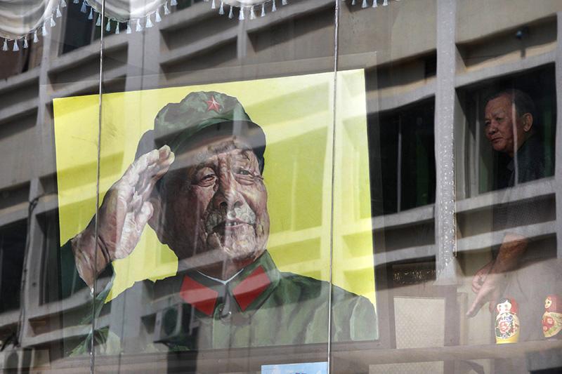 «Архитектор реформ» Дэн Сяопин    В 1978 году деятель Коммунистической партии Китая Дэн Сяопин вместе с соратниками начал реализацию политики реформ, нацеленной на открытость внешнему миру, построение социалистической рыночной экономики и создание общества «малого благосостояния».  В большинстве секторов экономики роль правительства была уменьшена, руководителям было дано больше управленческих полномочий, увеличилась роль частного сектора. КНР разрешила международную торговлю и прямые иностранные инвестиции. Данные инициативы повысили уровень жизни большинства населения Китая и позже позволили поддержать комплексные реформы.  С увеличением доходов, стимулов, заметного роста в сфере услуг и расцвета в промышленном секторе в КНР начали проявляться некоторые черты общества потребления.