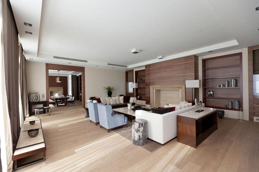 Дом находится научастке площадью 35 соток, площадь объекта —1,8тыс.кв. м