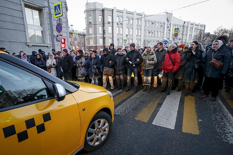 Акция валютных ипотечников у здания Банка России на Неглинной улице 8 февраля 2016 года. Собравшиеся перекрыли улицу, потребоваввстречи с представителями ЦБ, но к ним никто не вышел
