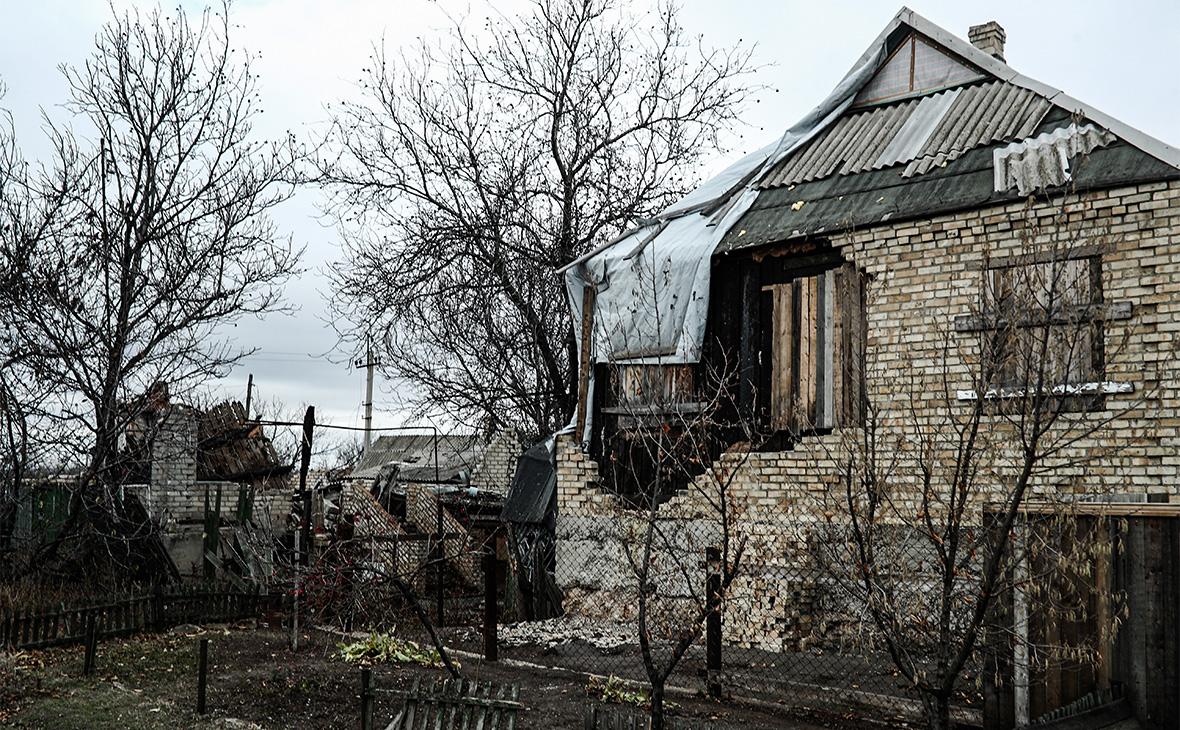 Разрушенные в результате артобстрелов дома в поселке Зайцево, Донецкая область