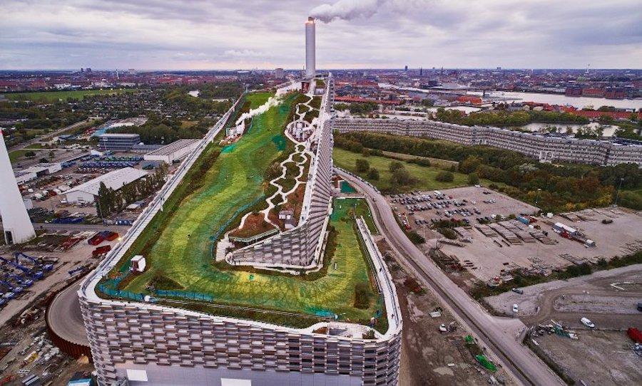 Горнолыжный склон BIG на вершине электростанции, открытый для публики в Копенгагене в октябре 2019 года, воплощает идеал создателя Masterplanet о «гедонистической устойчивости».