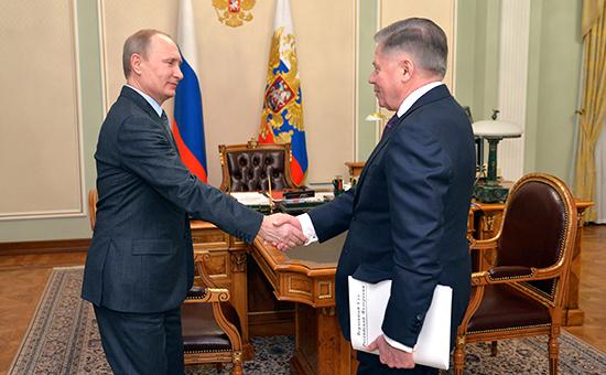Президент РФ Владимир Путин и председатель Верховного суда РФ Вячеслав Лебедев во время встречи в Ново-Огарево