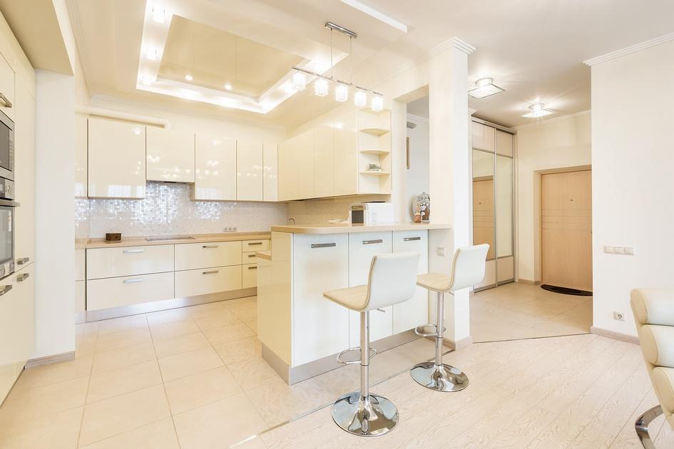 На кухне практически отсутствуют цветовые контрасты: их заменяет мерцание бликов на отражающих поверхностях, а также общая геометрия пространства