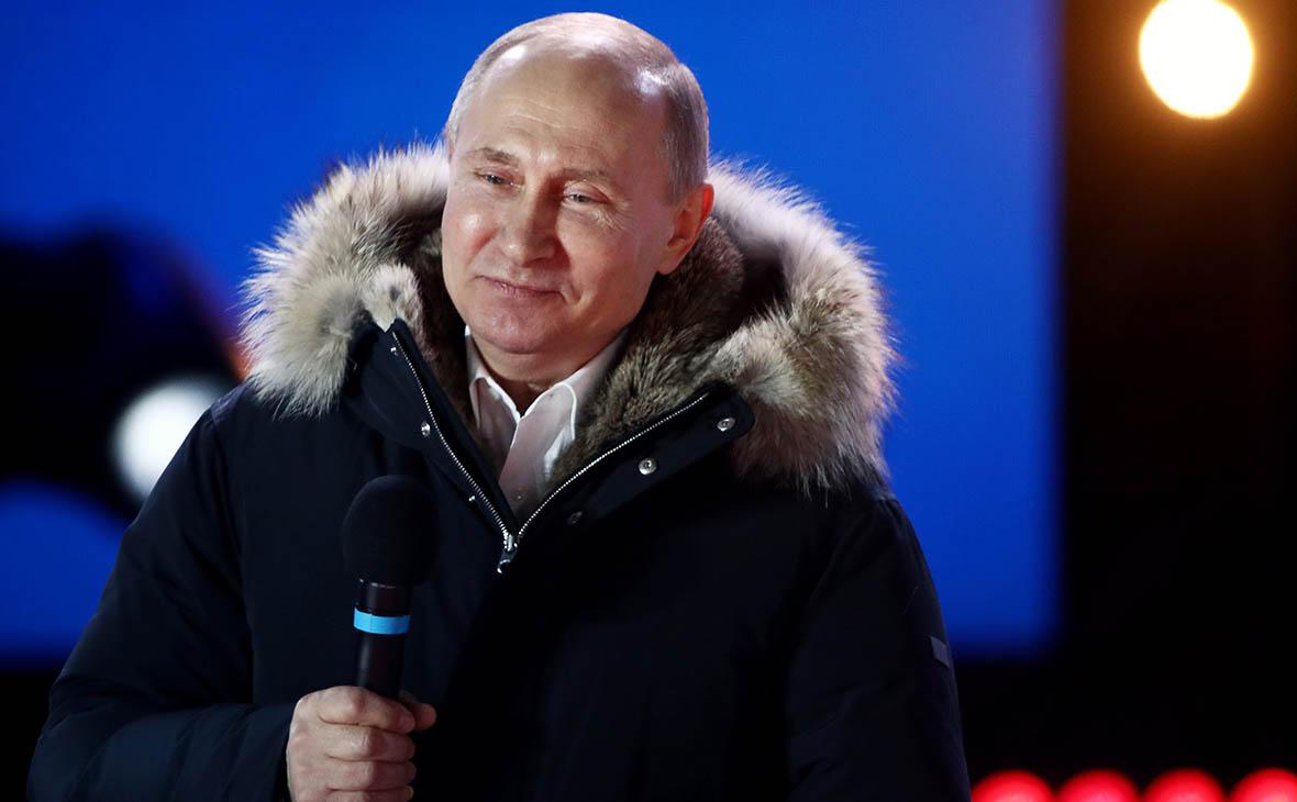 Владимир Путин во время митинга-концерта «Россия. Севастополь. Крым» на Манежной площади