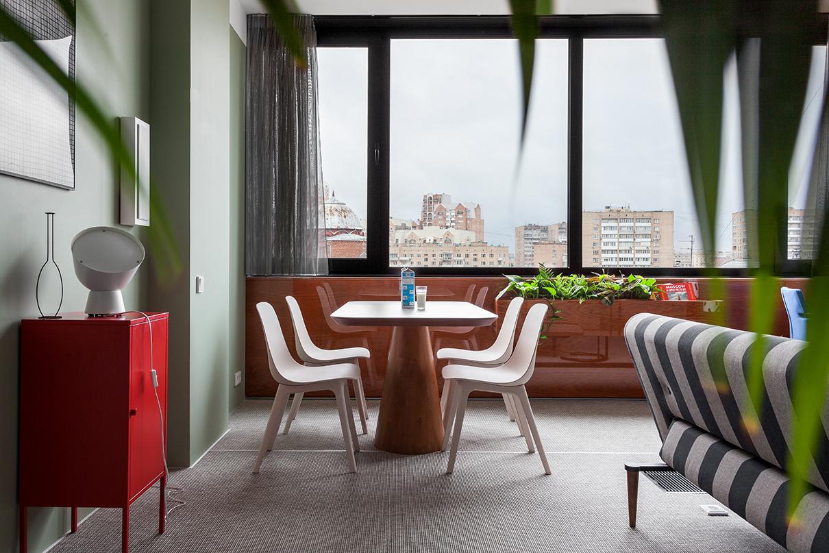 Обеденный стол— авторская разработка и дизайн DVEKATI, стулья — HAY для IKEA