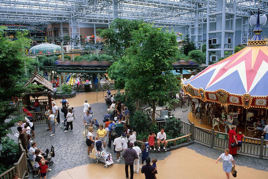 Mall of America в Блумингтоне, США. Значительную площадь ТЦ занимает всепогодный парк аттракционов