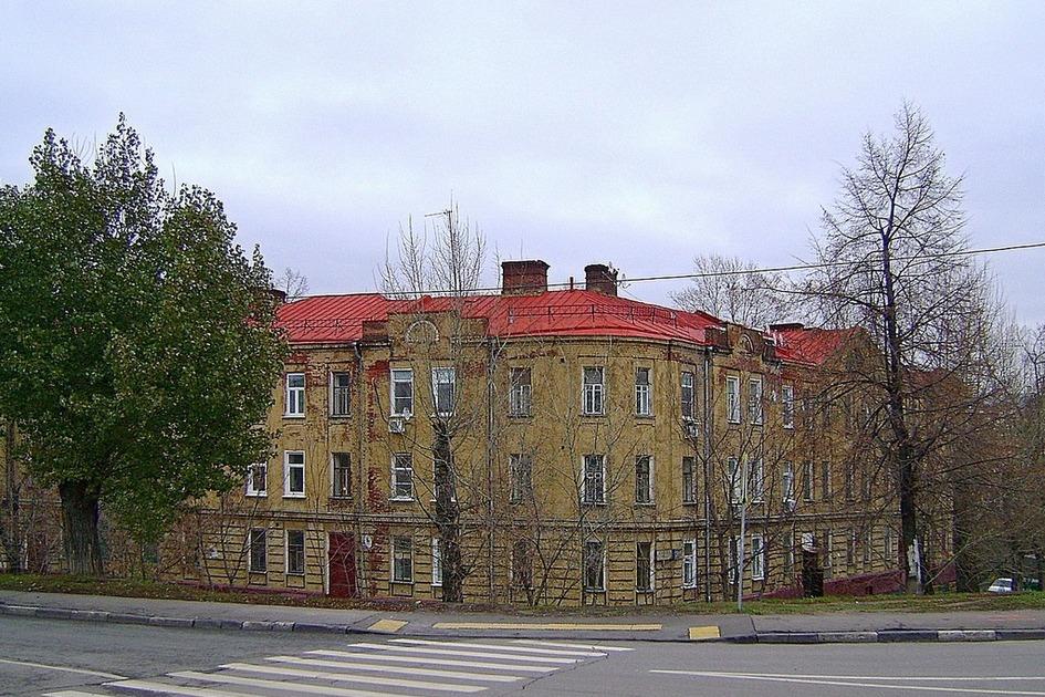 Еще одна дореволюционная постройка — бывший доходный дом в Жуковом проезде, 21, возведенный в 1910 году