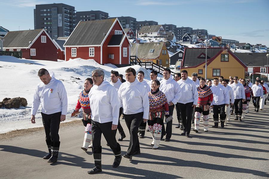 Глава правительства Гренландии Ким Кильсен (на первом плане слева) и другие члены кабмина в Нууке, административном центре Гренландии, 2018 год