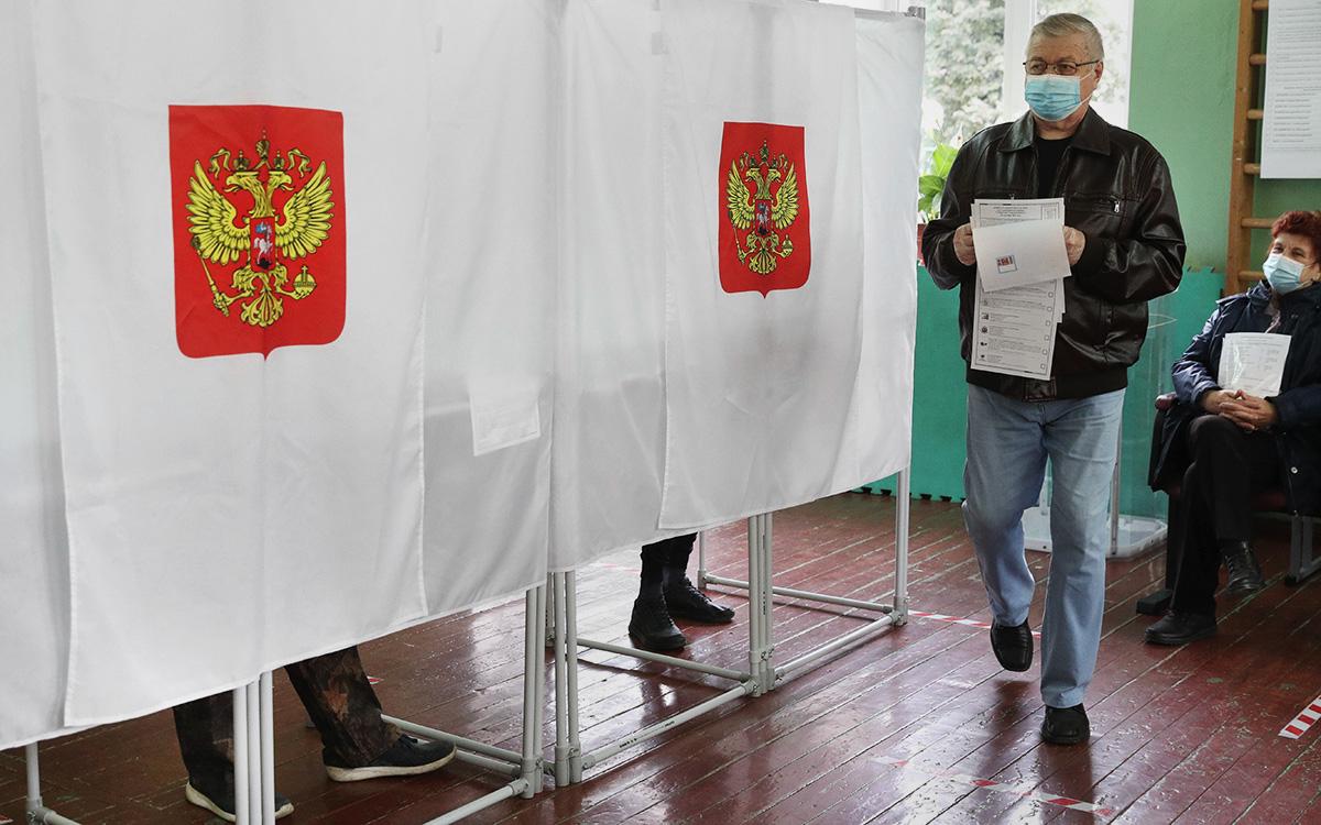 Голосование на выборах депутатов Государственной Думы РФ на избирательном участке № 1028 в Твери