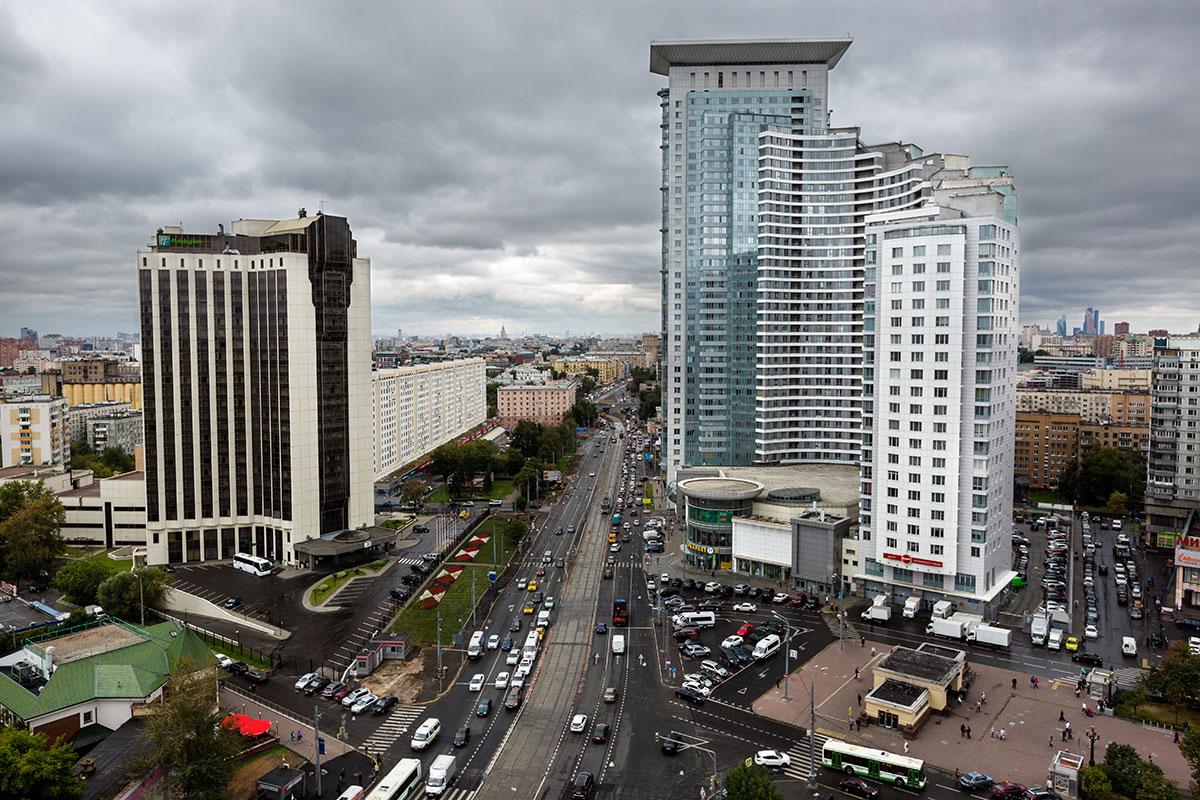 Вид на гостиницу Holiday Inn, жилой комплекс «Дом в Сокольниках» и наземный вестибюль станции метро «Сокольники»