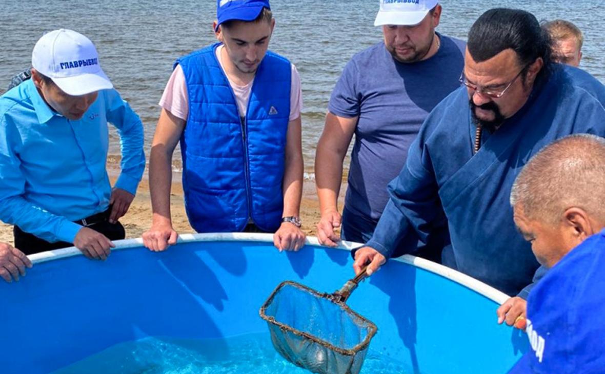 Стивен Сигал и сотрудники ФГБУ «Главрыбвод» выпускают омуля в Бурятии