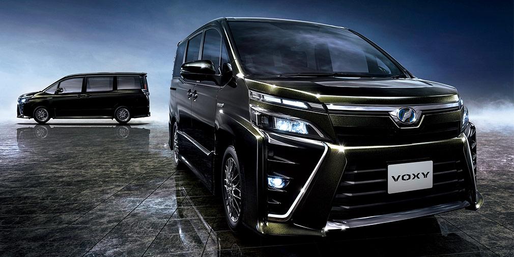 Toyota Voxy  Toyota занимает треть индонезийского рынка, а ее однообъемник Avanza — самый популярный здесь автомобиль. В Джакарту компания привезла еще один минивен — Voxy, играющий в более крупном сегменте. Длина семиместной новинки — 4710, а колесная база — 2850 миллиметров. Под капотом установлен двухлитровый мотор мощностью 152 л.с. в паре с вариатором. Toyota сделала ставку на яркий авангардный дизайн, тогда как предшественник Voxy, минивэн NAV1, выглядел довольно скромно.