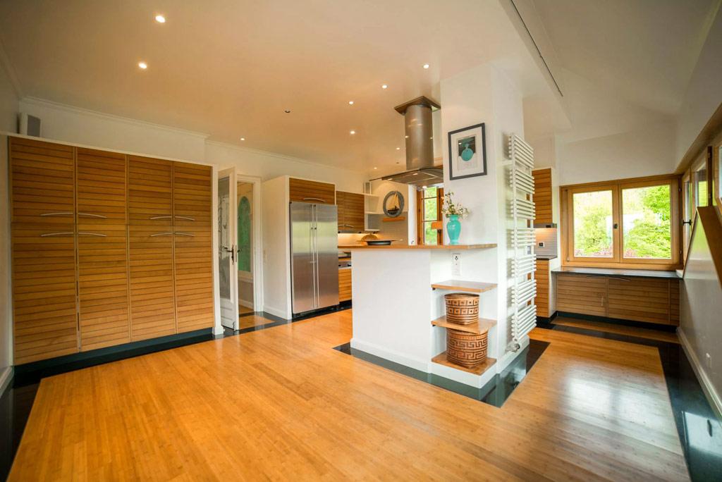 Также в доме есть три работающих кухни и пристройка для прислуги площадью 92 кв. м