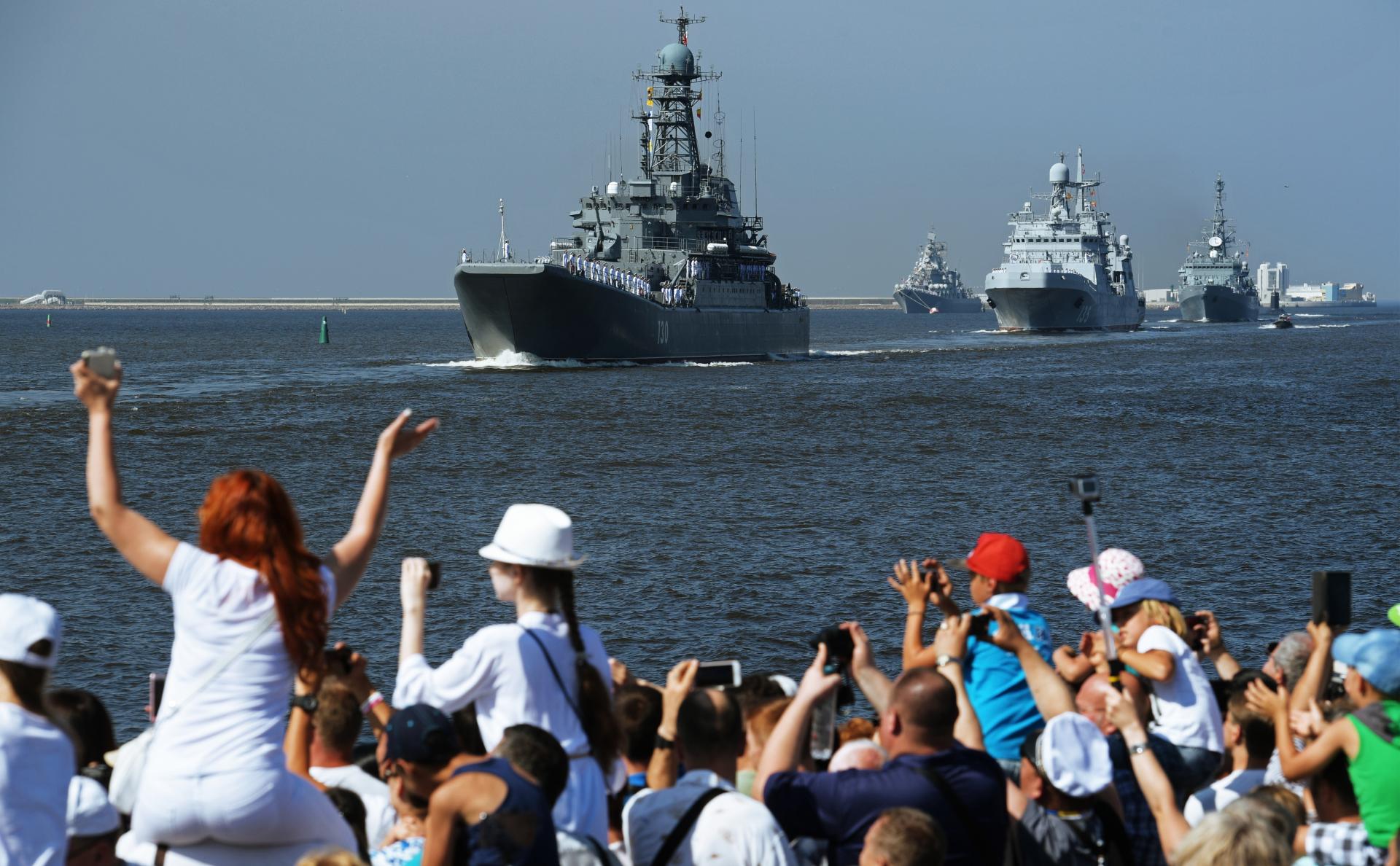 Большой десантный корабль ВМФ России «Королев» на главном военно-морском параде в Кронштадте