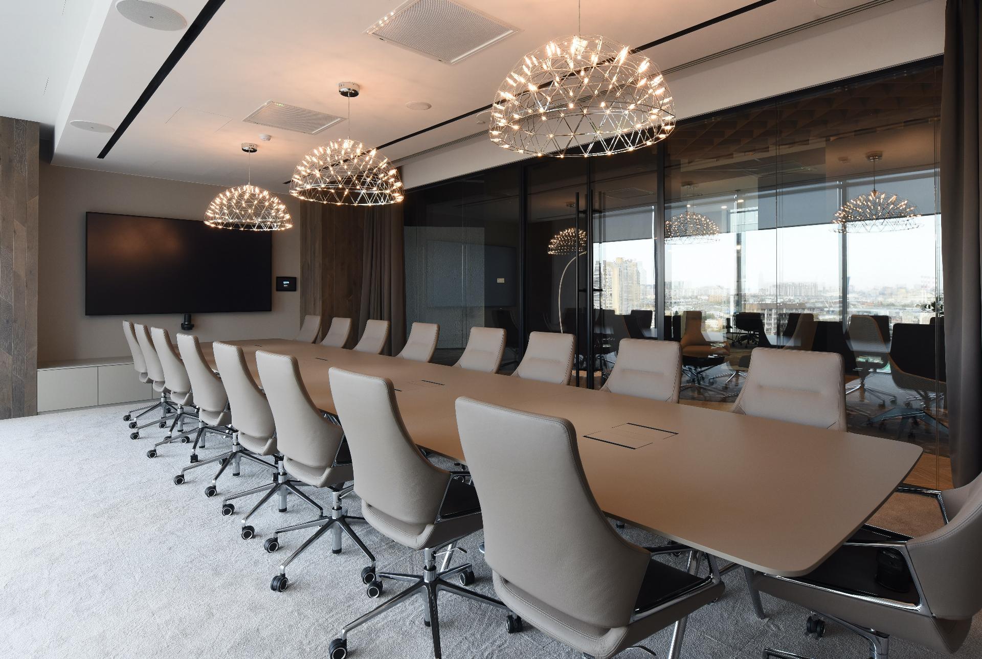 Переговорная комната с панорамным остеклением
