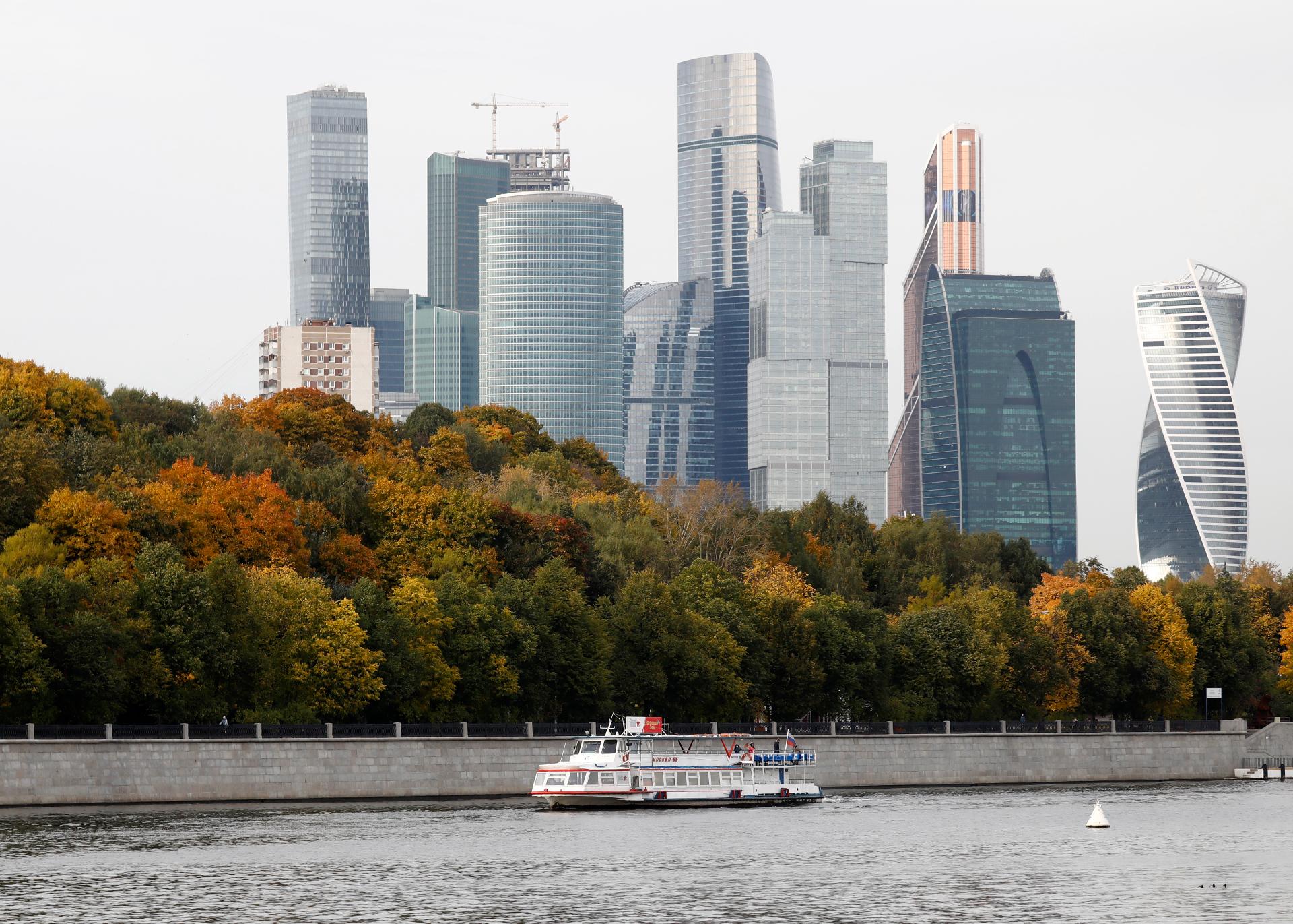 Прогулочный катер на фоне «Москва-Сити»