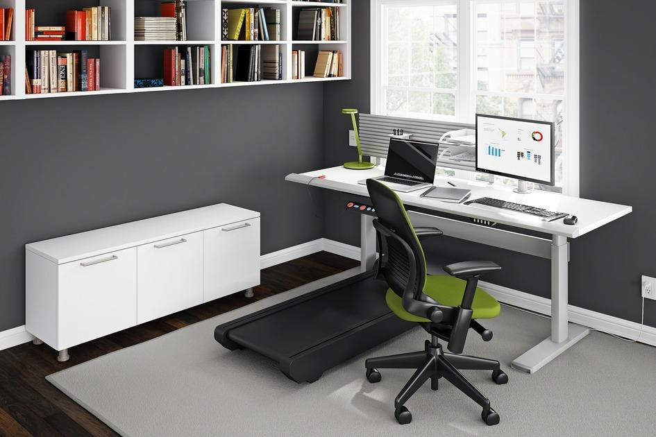 Существуют комбинированные решения, которые объединяют беговую дорожкусклассическим письменным столом. Такая мебель моглабы заинтересовать специалистов, работающих издома